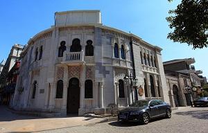 """<p><span style=font-size:11px><span style=font-family:arial,helvetica,sans-serif>Los arquitectos formados en España disfrutan de una excelente acogida en China. Muchos estudios de arquitectura españoles iniciaron hace décadas su trabajo allí y han visto cómo los ciudadanos aprecian su obra.</span></span></p>  <p><span style=font-size:11px><span style=font-family:arial,helvetica,sans-serif>La baja demanda de la construcción en España desde 2008, y el fuerte auge en la construcción en China, con un enorme proceso de urbanización, han sido determinantes para que los arquitectos españoles hayan trasladado sus estudios a las ciudades chinas más relevantes. </span></span></p>  <p><span style=font-size:11px><span style=font-family:arial,helvetica,sans-serif>En los últimos años el proceso de emigración de arquitectos españoles a China ha sido una constante, pero desde principios del siglo XIX ya hay presencia de la obra de arquitectos españoles. Destacan las construcciones de Abelardo Lafuente en la ciudad de Shanghai.</span></span></p>  <p><span style=font-size:11px><span style=font-family:arial,helvetica,sans-serif>""""Llegamos una generación, que es la mía más o menos, de arquitectos que trabajamos como arquitectos internacionales, participamos en concursos de obras relevantes en un momento que China, también su arquitectura, estaba despegando a la modernidad y que también aportamos ideas frescas, más globales, y más internacionales"""", dijo Rosa Cervera, directora del Máster Proyecto avanzado de Arquitectura y Ciudad de la Universidad Alcalá de Henares.</span></span></p>"""